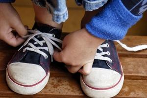 tying-shoes_000000955036_Medium